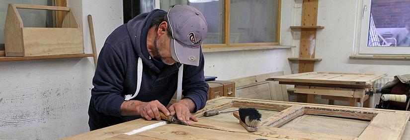 Die Arbeitsgelegenheiten des ASZ ermöglichen langzeitarbeitslosen Menschen einen Einstieg in regelmäßige Beschäftigung. Hier zu sehen ist die Schreinerei des ASZ.
