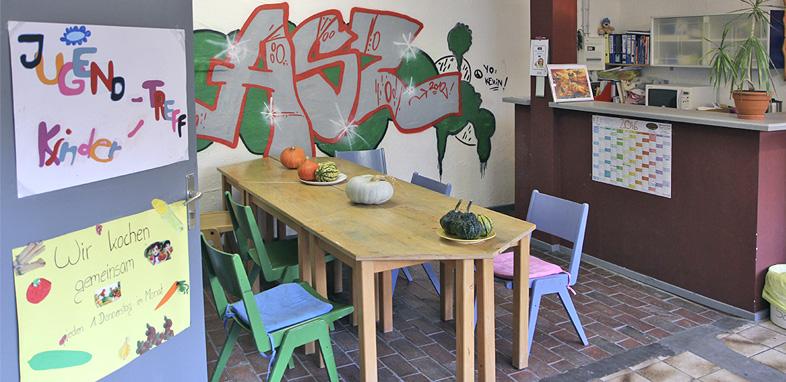 Die Küche und Sitzecke des Kinder- und Jugendtreffs des ASZ in Kaiserslautern.
