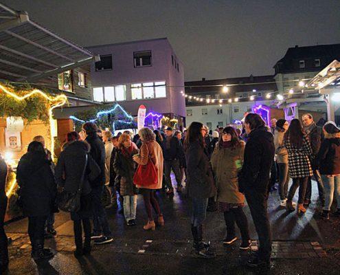 Ein Blick in die Besuchermenge auf dem Wintermarkt des ASZ.