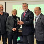 Justizminister Herbert Mertin besucht das ASZ in Kaiserslautern.