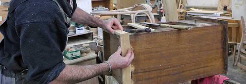 In der Schreinerei des ASZ werden alte Möbel fachgerecht restauriert und neue Möbel gefertigt.