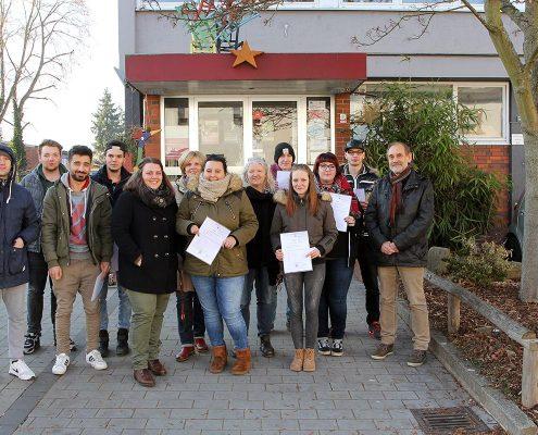 Die erfolgreichen Teilnehmer der Produktionsschule mit Projektleiterin Sarah Labbay, Christine Koch von der Jugendberufsagentur und ASZ-Geschäftsführer Willi Schattner